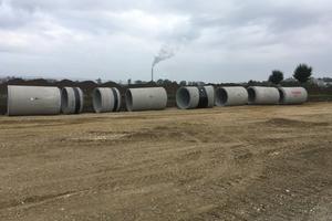 Die Stahlbetonrohre aus Hochleistungsbeton DN 1600, RIKI-UHPC, werden auf der Baustelle angeliefert.