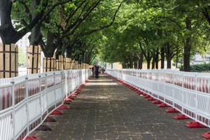 In einem 800 Meter langen, mit Schrankenschutzgittern abgesicherten Korridor werden Fußgänger am Baufeld vorbeigeführt.