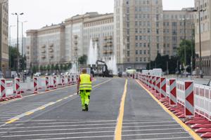 Während der gesamten Bauzeit wird der Verkehr auf je zwei Kfz-Fahrstreifen und je einem Fahrradstreifen pro Fahrtrichtung aufrechterhalten. Die Baustelle wird entsprechend aufwendig abgesichert.