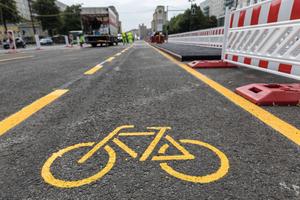 Nach der Maßnahme stehen Radfahrern auf beiden Seiten vier Meter breite, geschützte Radfahrstreifen zur Verfügung.