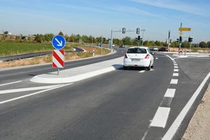 Knotenpunkt Kirchheim/Nord: Fahrbahnteiler und Inseln leiten den Verkehr.