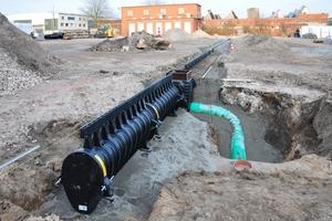 Die ACO Drain Schwerlast- und Retentionsrinne ist eine Kombination aus Entwässerung und Retention. Über Gussaufsätze wird das Oberflächenwasser in die Rinnenkörper geleitet.