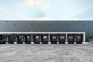Die Hallenfassade wurde mit hochdämmenden Isopaneelelementen realisiert.