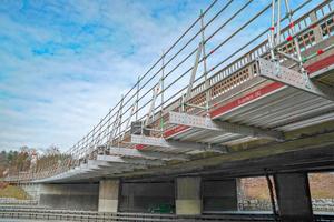 Für den Brückenbau und Brückensanierungen steht mit dem Aluminium-Träger Flexbeam ein Ausbauteil mit hoher Tragfähigkeit und niedriger Bauhöhe zur Verfügung.