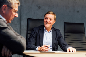 """Toni Kiesel, Initiator und Gründer des Baumaschinen-Austellungszentrums """"Coreum"""", im Gespräch mit THIS-Chefredakteur Eugen Schmitz"""