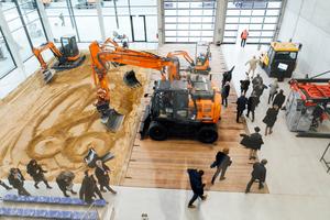 Weiterbildung hautnah: Der Coreum Indoor-Baggerplatz erlaubt hautnahes Training und praxisgerechte Tests.