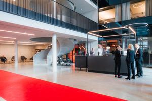 Der elegante, offene und helle Empfangsbereich des Forums wurde architektonisch aufwendig gestaltet.