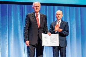 Unter großem Applaus erhielt Klaus Pöllath seine Ernennungsurkunde zum Ehrenmitglied durch den neuen Vorsitzenden Dr. Matthias Jacob.