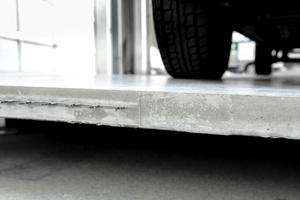 Die Betonplatte trägt den 2,2 Tonnen schweren Transporter problemlos.