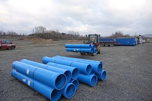 Für die Regenwasserableitung des neuen Schredder- und Lagerplatzes für Grünabfälle kamen blaue HS-Kanalrohre in verschiedenen Nennweiten zum Einsatz.