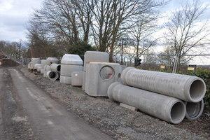 FBS-Stahlbetonrohre und FBS-Schachtbauwerke auf der Baustelle.
