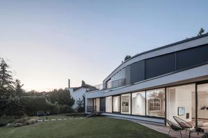 Der Entwurf lehnt sich an die Geometrien der Bestandsgebäude an, die alle leicht organisch ineinander versetzt sind.