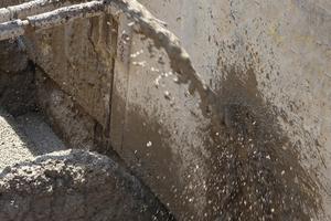 Der Flüssigboden wird lagenweise in den Rohrgraben eingefüllt. Durch seine flüssige Konsistenz gelangt er in alle Hohlräume und füllt diese aus.