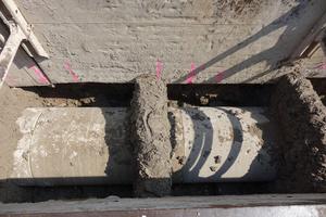 Im Bereich der Rohrmuffen sind die GFK-Rohre gegen Auftrieb durch so genannte Halte- oder Belastungsbänke gesichert.