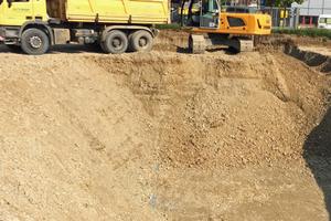 Zuerst wurde die Baugrube ausgehoben, bevor die weietren Arbeiten starteten.