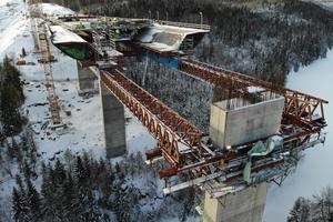 Der Vorschub in das mittige 60 Meter Brückenfeld bildet den Abschluss der Brückenbauarbeiten.