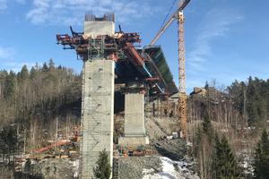 Die an der höchsten Stelle 55 Meter hohe Stemmenbrua wird als Hohlkastenquerschnitt ausgebildet.
