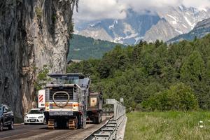 Auch kurz vor dem Mont Blanc in 1.000 Meter Höhe hat die W 220 den Fahrbahnbelag in sehr hoher Geschwindigkeit souverän mit voller Leistung abgefräst.