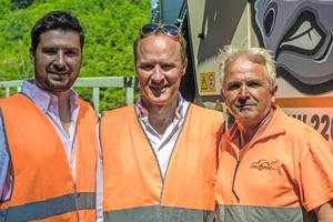 Emanuele Franco (Technischer Leiter), Ernesto Franco (Geschäftsführer) und Pop Vasilev Gonco (Senior Fräsenfahrer) von Italfrese sind hochzufrieden mit dem ersten Einsatz ihrer neuen Großfräse W220.