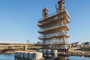 Im Norden von Zwickau führt die neue, knapp 100 m lange Schrägseilbrücke die Kreisstraße K 9316 über die Mulde.