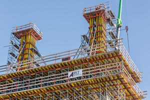 Nach der Herstellung des verbindenden Querbalkens konnten im sechsten und letzten Bauabschnitt die beiden 10 m hohen Pylonspitzen geschalt werden.