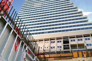 """Der Roche Bau 1 in Basel ist bisher als das höchste Bürogebäude der Schweiz bekannt. Sein """"jüngerer Bruder"""", der Roche Bau 2, ist aktuell im Bau und soll seinen Vorgänger in der Höhe sogar noch überragen."""
