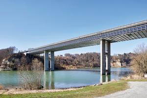 Bei der Sanierung der über 300 Meter langen Magdalena-Brücke in Fribourg war ein Arbeitsgerüst für die Korrosionsschutzarbeiten an den zwei Stahlträgern des Brückenunterbaus notwendig. Ein Standgerüst war weder technisch möglich noch wirtschaftlich sinnvoll.