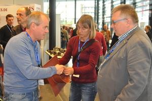 Frank Recknagel (rechts / Funke Kunststoffe) im Fachgespräch mit interessierten Besuchern.