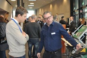 Matthias Ziegler (Amex / rechts) erläutert die Besonderheiten seiner Produkte.