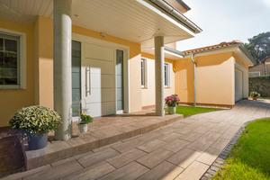 Stratos-Pflaster und -Stufen erlauben eine einheitliche Gestaltung auf dem gesamten Grundstück.