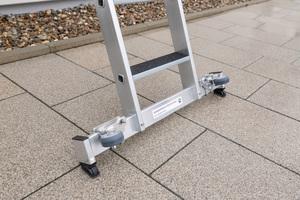 Die Leitern sind mit der neuen Generation des Nivello-Leiterschuhs ausgestattet: Mit einer Zwei-Achsen-Neigungstechnik sorgt dieser für eine optimale Bodenauflage und eine bessere Standsicherheit.