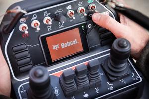 Das Fernsteuerungssystem ist intuitiv zu bedienen und verfügt über die meisten Funktionen, die auch bei direkter Steuerung des Laders zur Verfügung stehen.