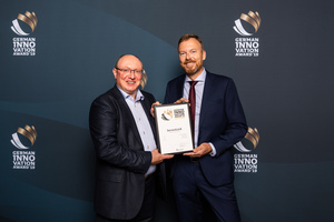 """Wolfgang Vogl (l.), Geschäftsführer der Rototilt GmbH, und Pär Olofsson, Konstrukteur bei der Rototilt Group AB, bei der Preisverleihung. Das Schnellwechsler-Sicherheitssystem SecureLock ist in der Kategorie """"Machines & Engineering"""" ausgezeichnet worden. (Quelle: Rototilt GmbH)"""