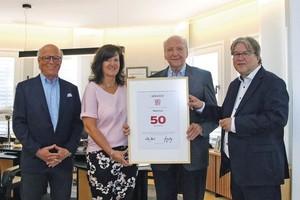 BDF-Geschäftsführer Achim Hannott (außen rechts) überreichte Hans Weber, Heidi Weber-Mühleck und Peter Liehner die Urkunde für die 50-jährige Mitgliedschaft im Bundesverband Deutscher Fertigbau.(Quelle: Weber-Haus)