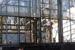 Für die Umgestaltung der Brandt-Brache zu einem neuen Stadtteilcenter müssen die Mitarbeiter die Fläche erst einmal vorbereiten.