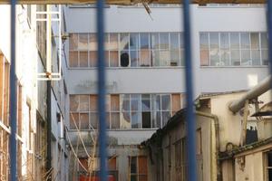 Zerbrochene Fenster zeigen die Spuren von Vandalismus auf dem Gelände der ehemaligen Produktionsstätte von Brandt in Hagen-Haspe.