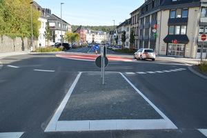 Auch zahlreiche Fahrbahnteiler entlang der Knotenpunkte wurden mit Klebebordsteinsystemen aus dem Hause Hermann Meudt realisiert.