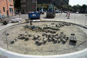 Im Bau: Der Innenring des Kreisels wurde aus Flachbordsteinen FB 20 x 20 in elf Zentimeter Höhe gebildet, nachdem diese auf die Binderebene aufgeklebt wurden. Die Auspflasterung erfolgte mit ortsüblichem Basaltpflaster.