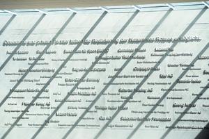 The wall of fame: An dieser Sichtbetonwand sind die Sponsoren verewigt, die finanziell zum Bau des Ruderzentrums beigetragen haben.<br />