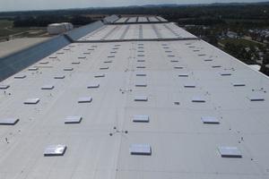 Das 30.000 Quadratmeter große Dach der Flugzeugwartungshalle 3 wurde mit der Abdichtungsbahn Sarnafil von Sika abgedichtet.