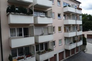 Einfache und wenig ansprechende Wohnungssituation: ein Mehrfamilien-wohnhaus vor der energetischen Sanierung.