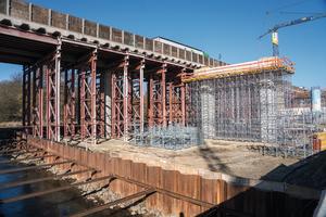 Neubau der Düte-Autobahnbrücke: Links die noch bestehende alte Brückenhälfte, unterstützt von einem Traggerüst; rechts entsteht die erste neue Brückenhälfte.