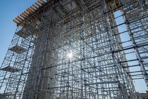 Die Schalungssonderkonstruktion zum Bau der Querriegel wird von einem bis zu 12 m hohen Traggerüst aus dem neuen Hünnebeck-Baukastensystem ST 60 unterstützt.