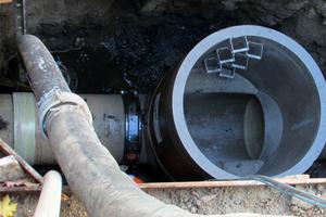 Eine dichte Verbindung: Die fertig montierte Übergangskupplung verbindet GFK-Passstück mit dem bauseits am Polymerbetonschacht eingebautem GFK-Anschlussstutzen DN 800 sicher und zuverlässig.