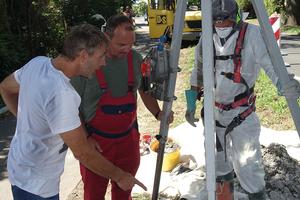 Hans-Jürgen Niemann (Gemeinde Beverstedt), Frank Riegel (Gemeinde Beverstedt) und Matthias Spatzier (D&S Rohrsanierung/von links) beobachten den Fortschritt des Berstlinings am Startschacht.