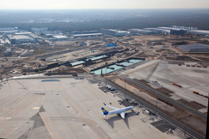 Das Wasser in der Baugrube von Terminal 3 wird erst nach Aushärten des Betons abgepumpt.