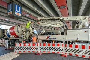 Transportbetonlieferung für den<br />U-Bahnhof Schlossstraße in Berlin-Steglitz: Ein CemexTransportbetonmischer übergibt seine Ladung an ein Betonfördergerät.