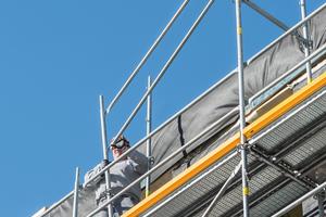 Für die Montage des Grundaufbaus ist keine persönliche Schutzausrüstung gegen Absturz erforderlich.