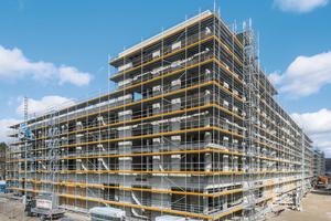Insgesamt dienen knapp 10.000 m² Peri Up Easy Fassadengerüst zur sicheren Ausführung der Fassaden- und Klinkerarbeiten. Die Arbeitshöhen betragen an den Gebäudeaußenseiten bis zu 22 m.