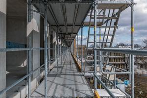 Markantes Konstruktionsdetail beim Peri-Fassadengerüst ist der integrierte Gerüstknoten. Riegel, Auflagen und Konsolen werden direkt in die Öffnung des Rosett-Knotens eingehängt.